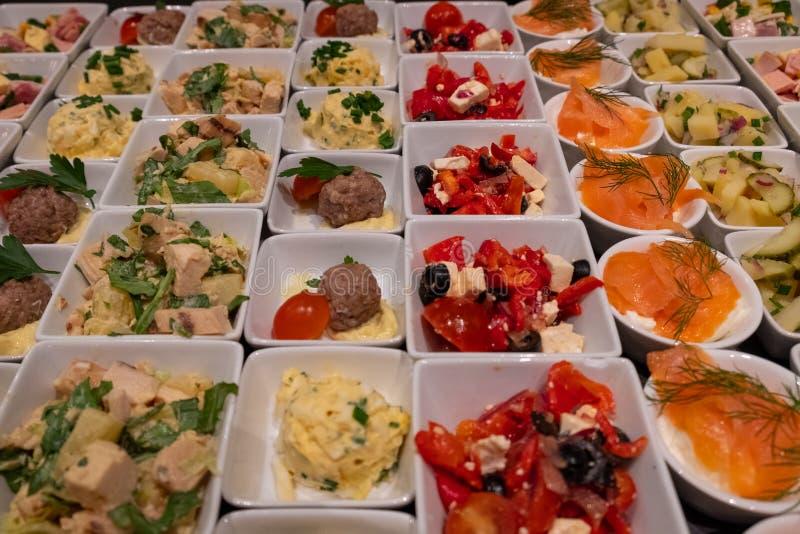 Divers plats dans des cuvettes à choisir de au buffet images stock