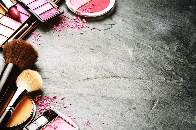 Divers produits de maquillage dans le ton rose image libre de droits