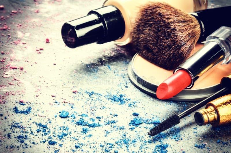 Divers produits de maquillage sur le fond foncé photo libre de droits