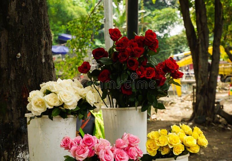 Divers soort Roze die bloemen in een foto van de bloemistwinkel in Semarang Indonesië wordt genomen stock afbeeldingen
