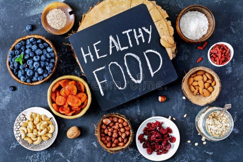 Divers super voedsel in kommen op lijst Gezond voedsel, het gezonde leven royalty-vrije stock fotografie