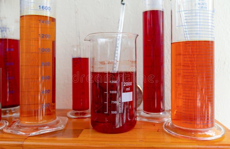 Divers tubes color?s d'analyse de sang photo stock