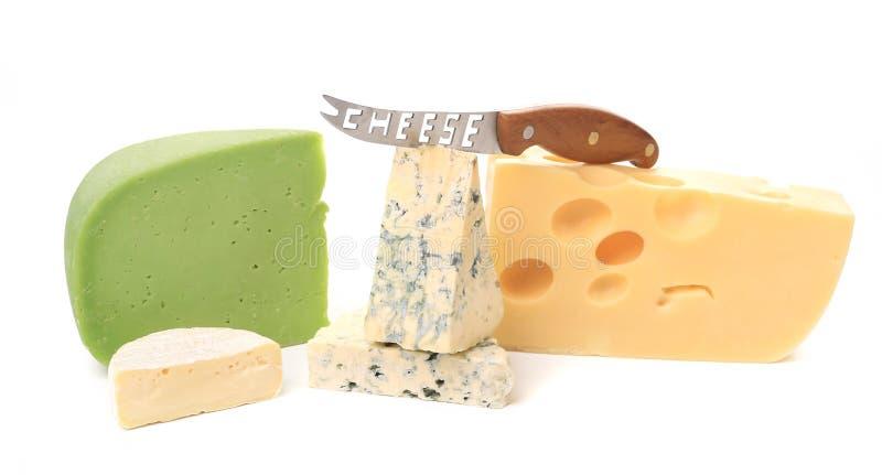 Divers types délicieux de fromage avec le couteau. image stock