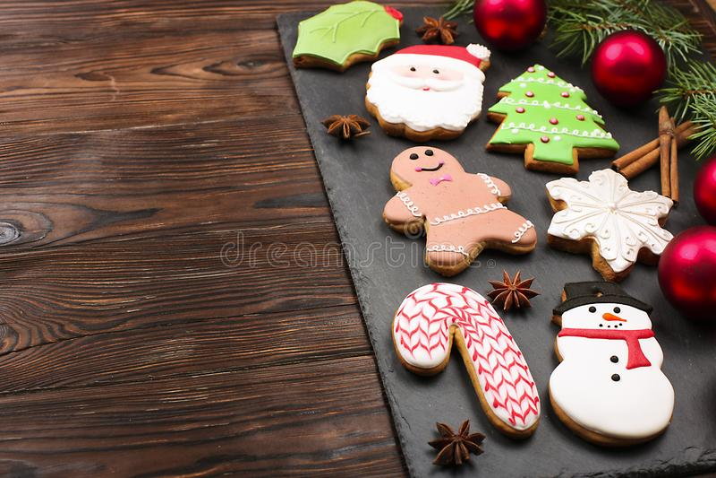 Divers types de biscuits de pain d'épice de Noël avec des branches d'arbre de sapin, des bâtons de cannelle, l'étoile d'anis, la  images stock