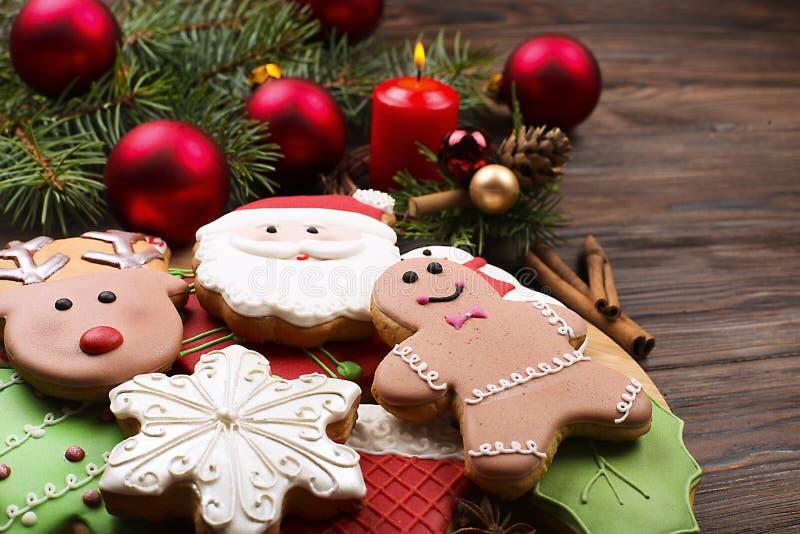 Divers types de biscuits de pain d'épice de Noël avec des branches d'arbre de sapin, des bâtons de cannelle, l'étoile d'anis, la  image libre de droits