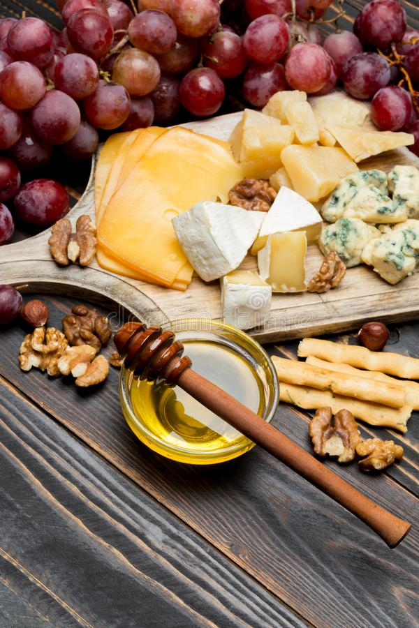 Divers types de fromage - brie, camembert, roquefort et cheddar image stock