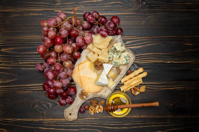 Divers types de fromage - brie, camembert, roquefort et cheddar photo libre de droits