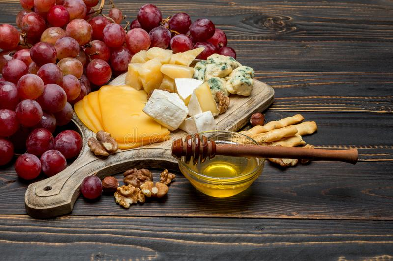 Divers types de fromage - brie, camembert, roquefort et cheddar photos libres de droits
