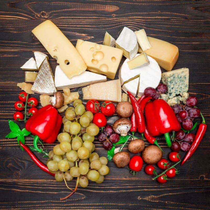 Divers types de fromage - brie, camembert, roquefort et cheddar images libres de droits