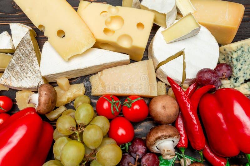 Divers types de fromage - brie, camembert, roquefort et cheddar photo libre de droits