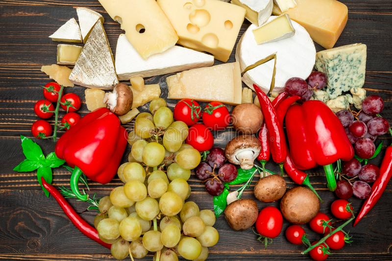 Divers types de fromage - brie, camembert, roquefort et cheddar image libre de droits