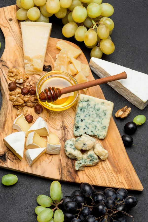 Divers types de fromage - brie, camembert, roquefort et cheddar et vin photo stock