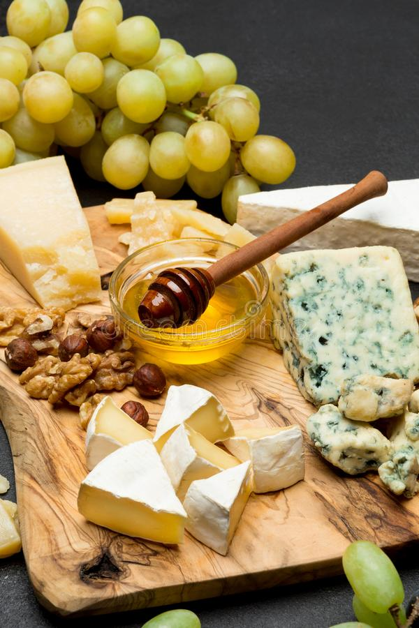 Divers types de fromage - brie, camembert, roquefort et cheddar et vin photographie stock