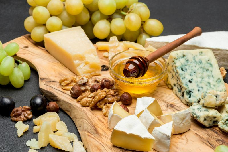 Divers types de fromage - brie, camembert, roquefort et cheddar et vin photo libre de droits