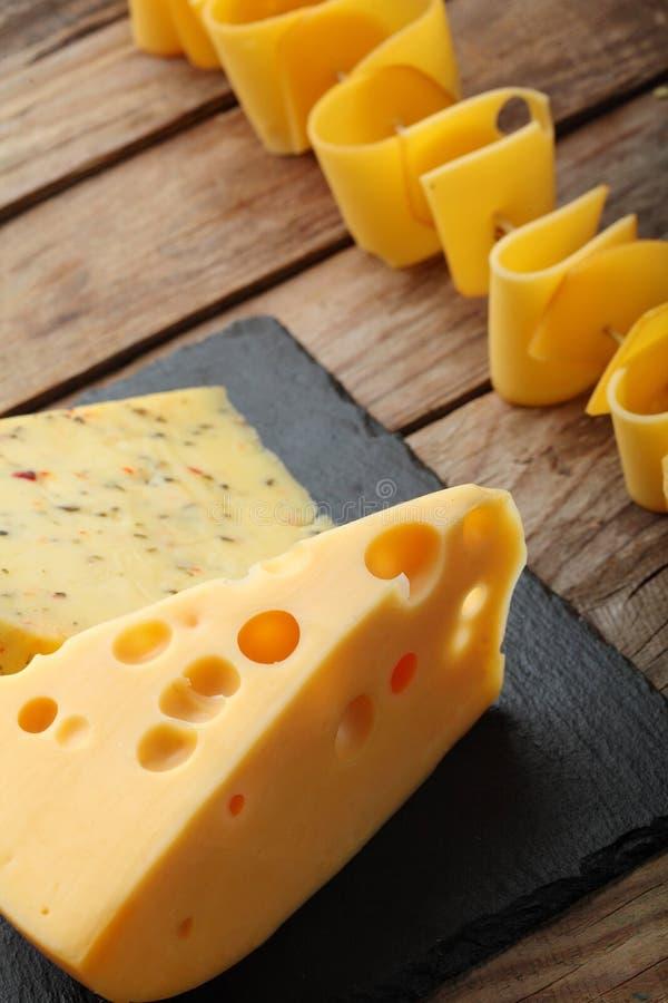 Divers types de fromage de plat d'ardoise Copiez l'espace Vue supérieure image libre de droits