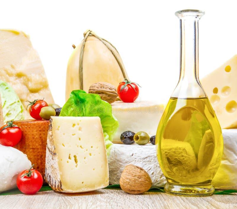 Divers types de fromage sur le bois blanc images stock