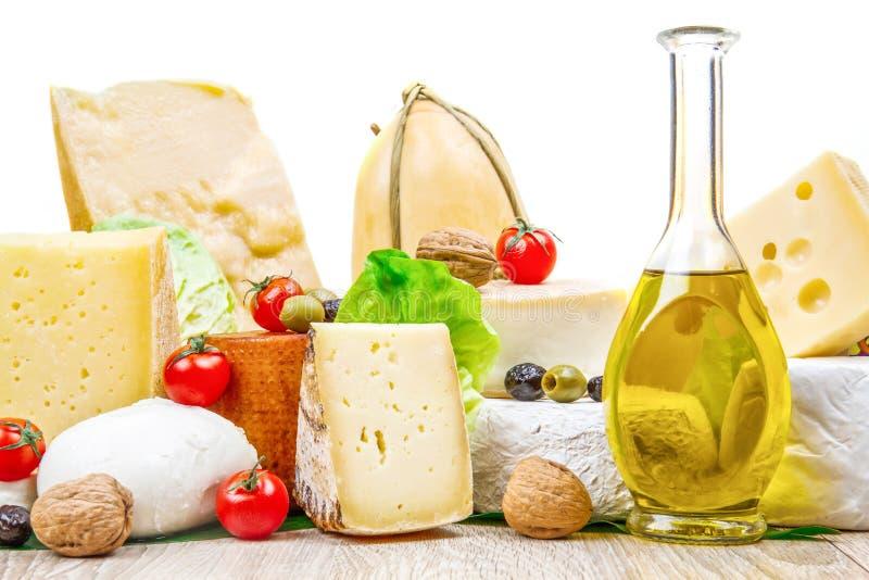 Divers types de fromage sur le bois blanc image stock