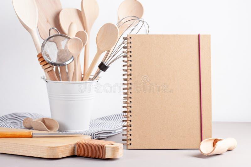 Divers ustensiles de cuisine Livre de cuisine de recette, conce de cours de cuisine photo stock