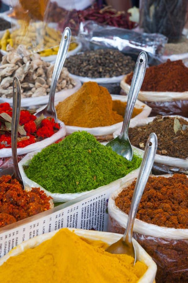 Divers van Indische gekleurde kruiden stock afbeeldingen