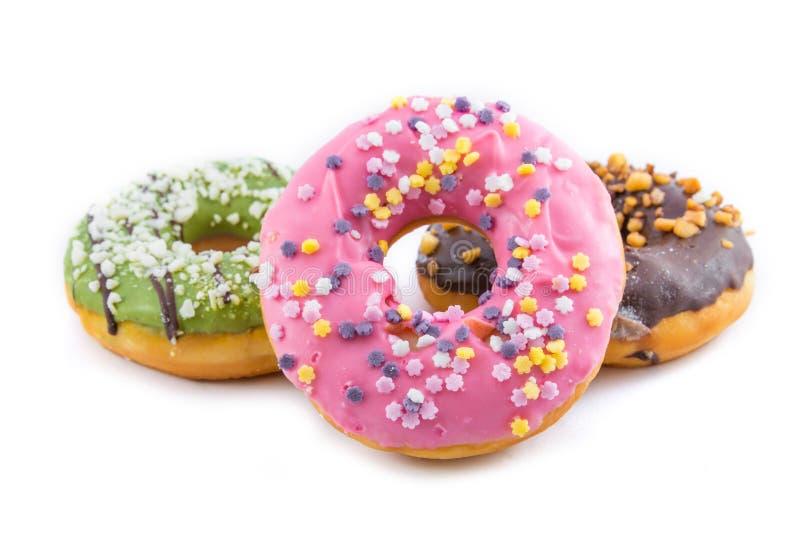 divers verglaasd donuts op witte achtergrond stock foto