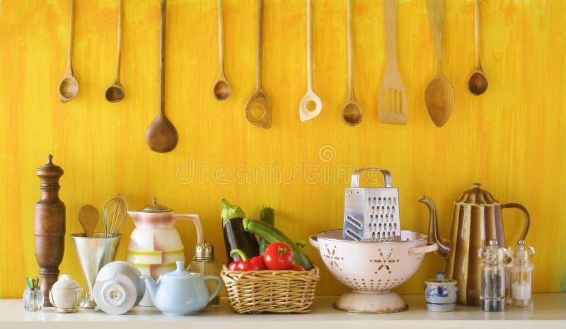 Divers vieux ustensiles et légumes de cuisine images libres de droits