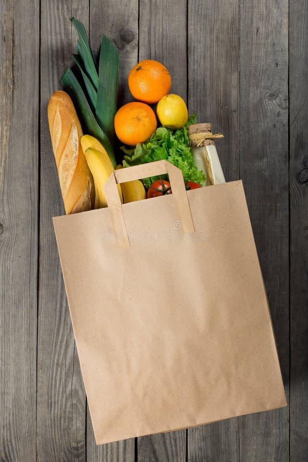 Divers voedsel in document zak op houten achtergrond royalty-vrije stock afbeeldingen