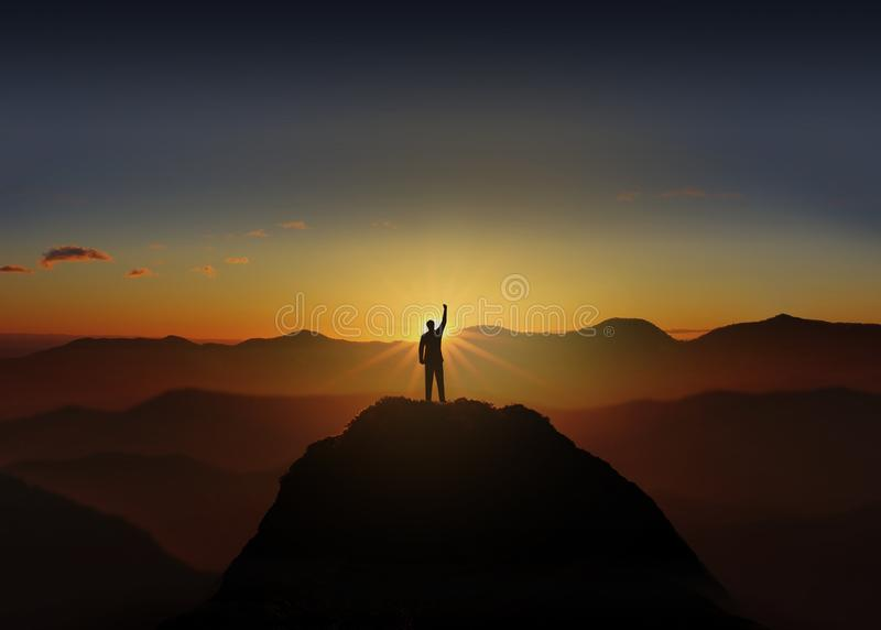 Diversa bola 3d La silueta del hombre de negocios está celebrando éxito en la montaña superior fotos de archivo