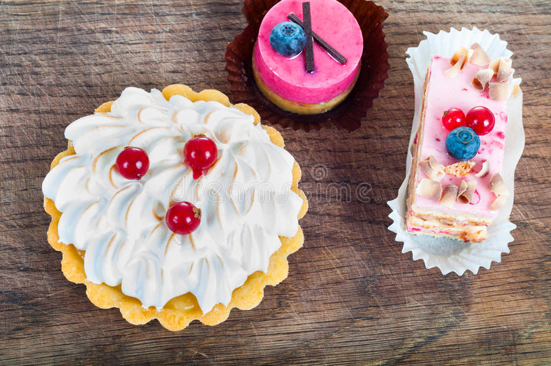 Diversa clase de pasteles hermosos, pequeño dulce colorido se apelmaza fotografía de archivo libre de regalías