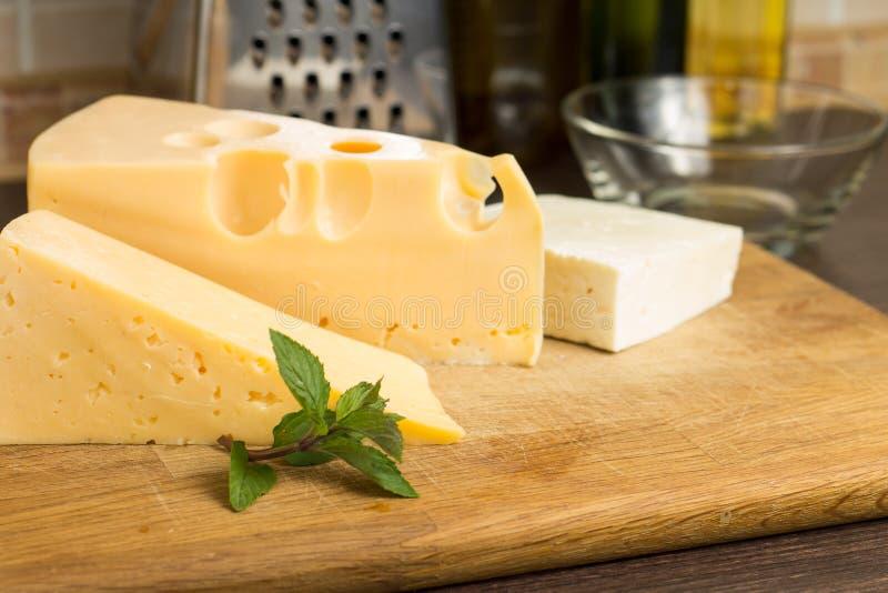 Diversa clase de queso en el tablero de madera fotografía de archivo