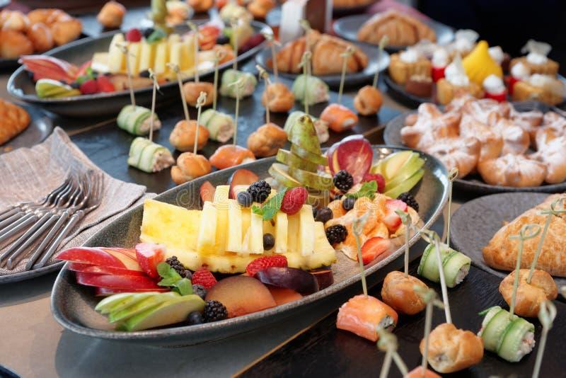 Diversa comida en la tabla del abastecimiento foto de archivo