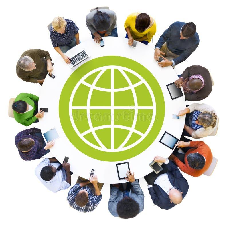 Diversa gente che per mezzo dei dispositivi con il simbolo del mondo illustrazione vettoriale