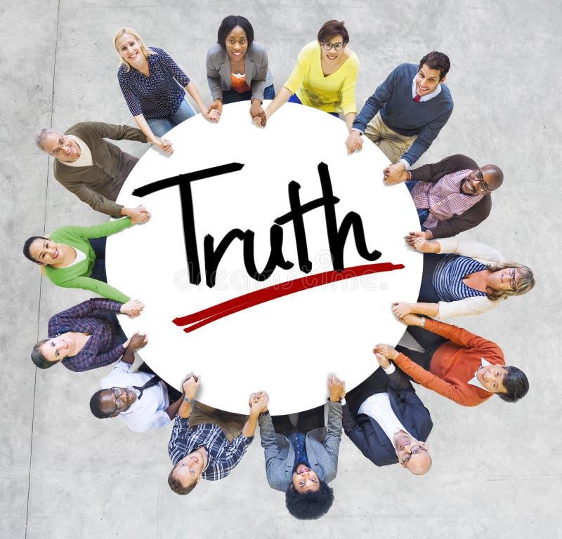 Diversa gente che si tiene per mano con il concetto di verità fotografia stock