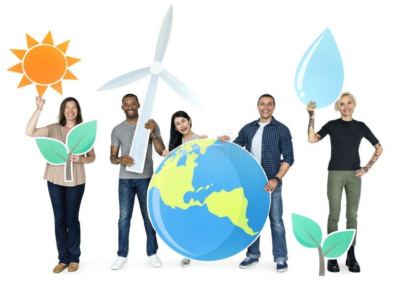 Diversa gente che tiene le icone economizzarici d'energia royalty illustrazione gratis