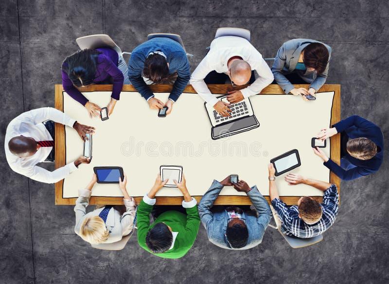 Diversa gente che usando le foto e l'illustrazione dei dispositivi di Digital illustrazione di stock