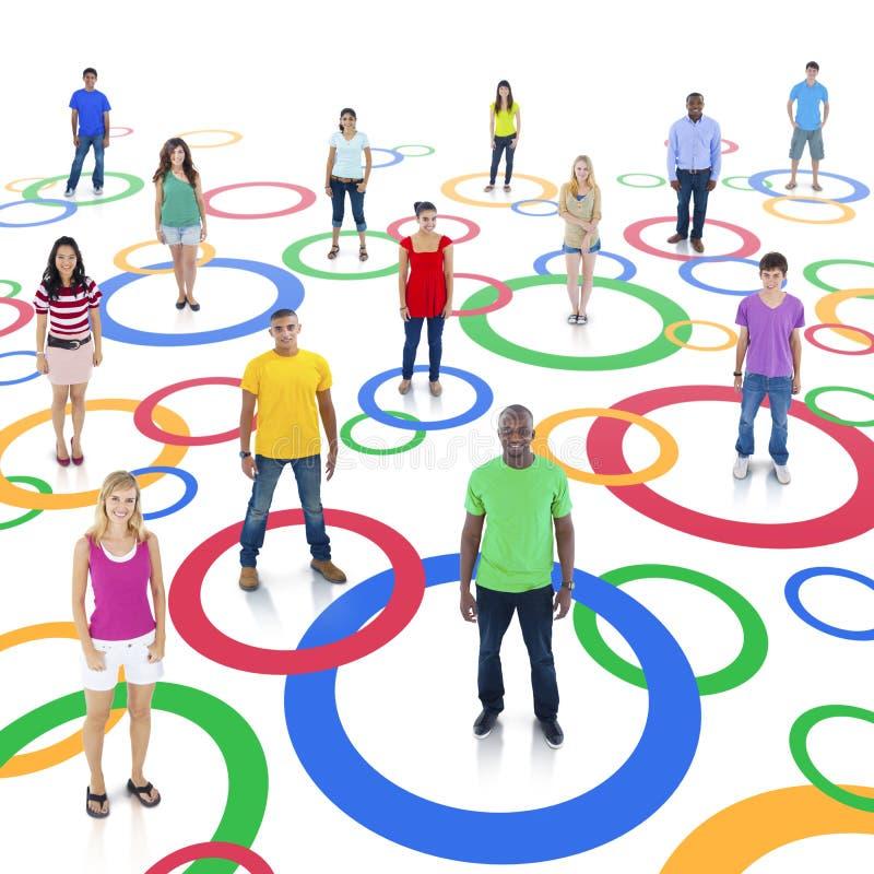 Diversa gente collegata dai cerchi immagine stock