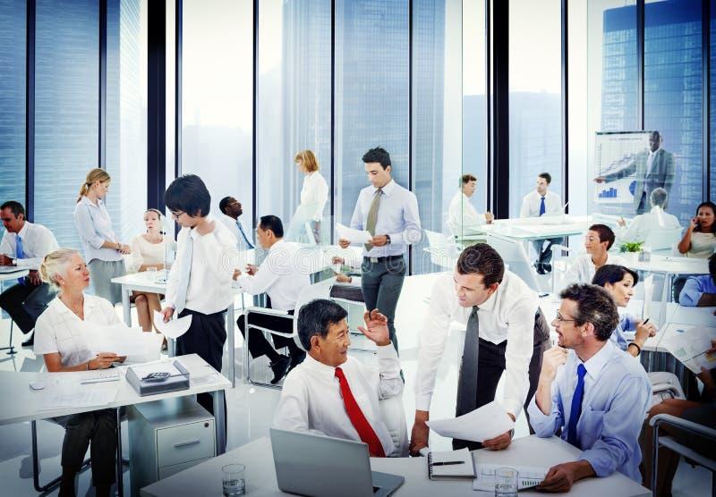 Diversa gente di affari che lavora nell'ufficio fotografia stock libera da diritti
