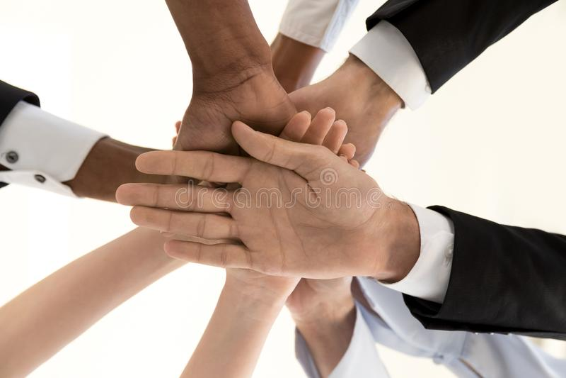 Diversa gente di affari delle mani in mucchio, unità corporativa, inferiore a vi fotografia stock