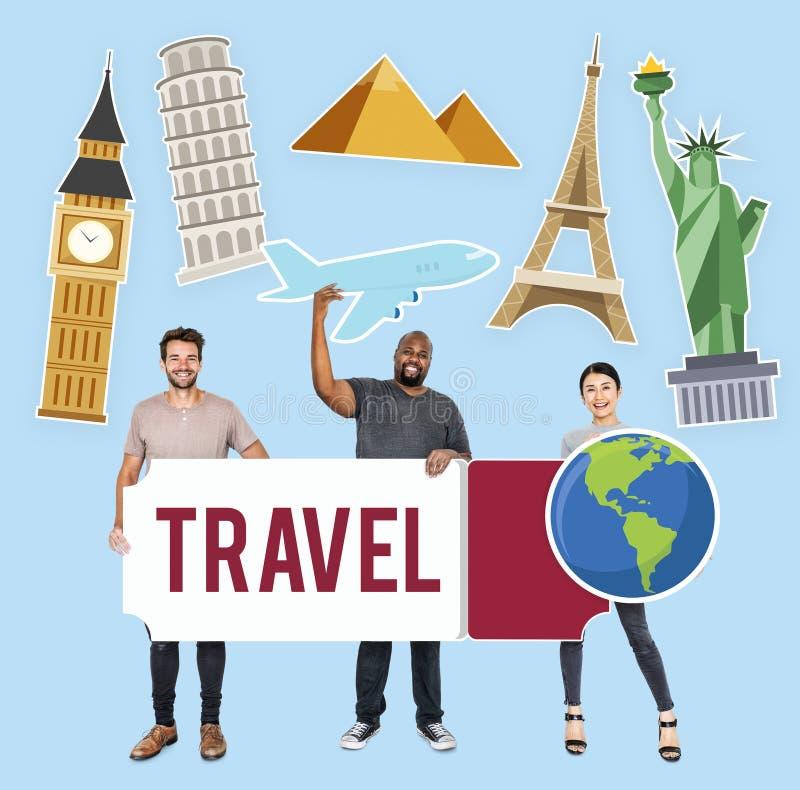 Diversa gente felice che tiene le icone di viaggio immagini stock
