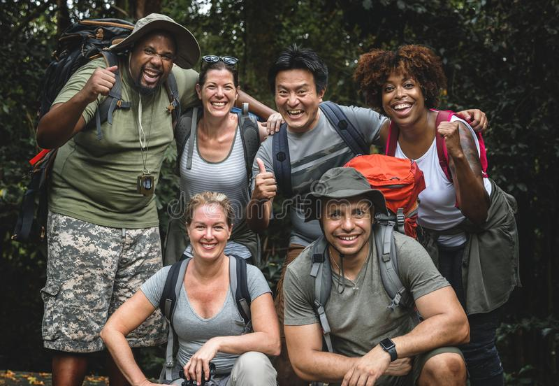 Diversa gente fuori per trekking insieme fotografia stock