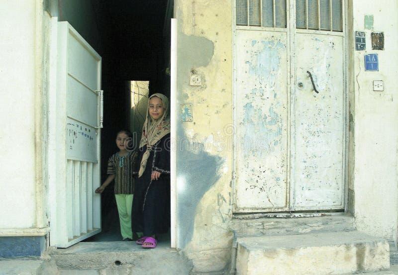 Diversa gente musulmán maneja asuntos personales después de conflicto con militares durante toques de queda imagen de archivo