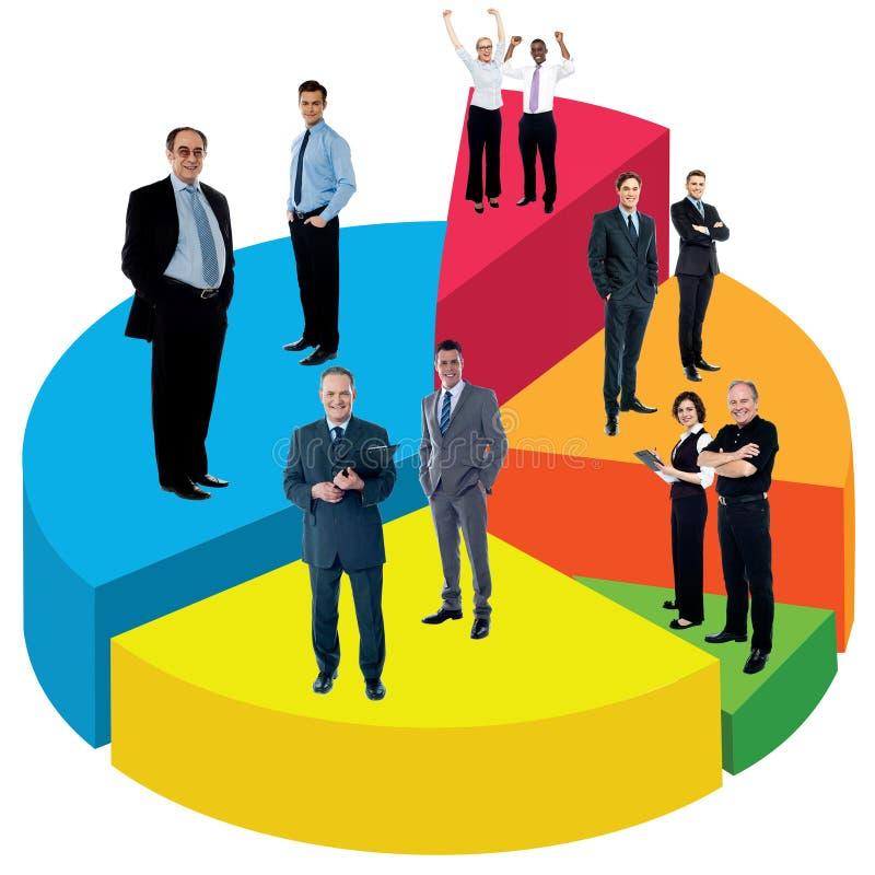 Diversa gente que se coloca en gráfico de sectores imágenes de archivo libres de regalías