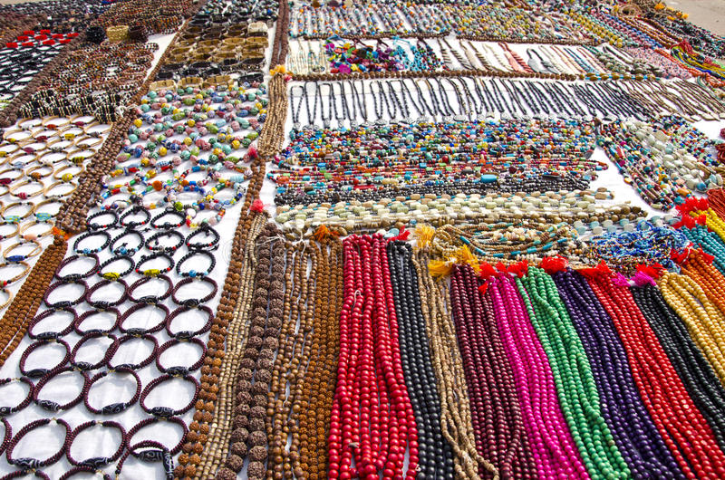 Diversa joyería colorida en el mercado de Varanasi imagen de archivo