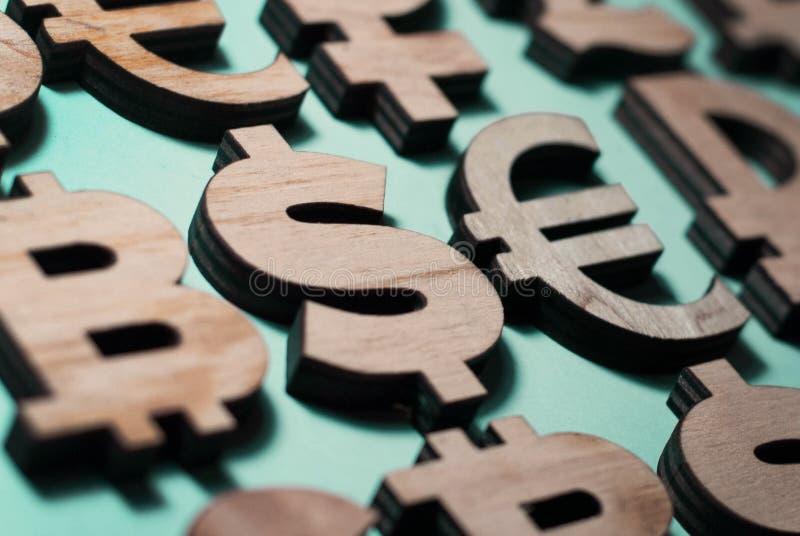 diversa moneda, iconos de madera, dólar del bitcoin y euro en fila libre illustration