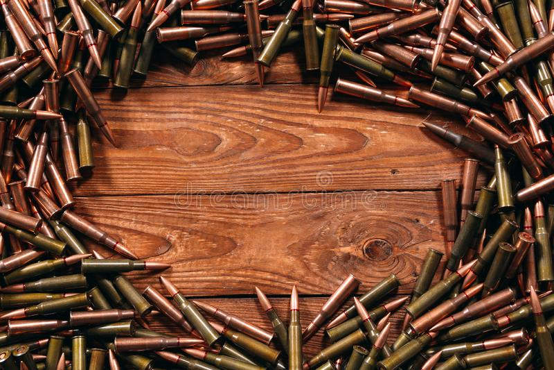 Diversa munición en el fondo de madera, concepto del arma foto de archivo