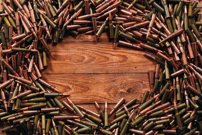 Diversa munición en el fondo de madera, concepto del arma fotografía de archivo