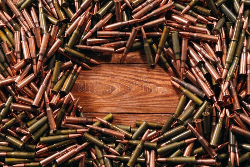Diversa munición en el fondo de madera, concepto del arma fotos de archivo