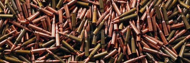 Diversa munición en el fondo de madera, concepto del arma imagenes de archivo