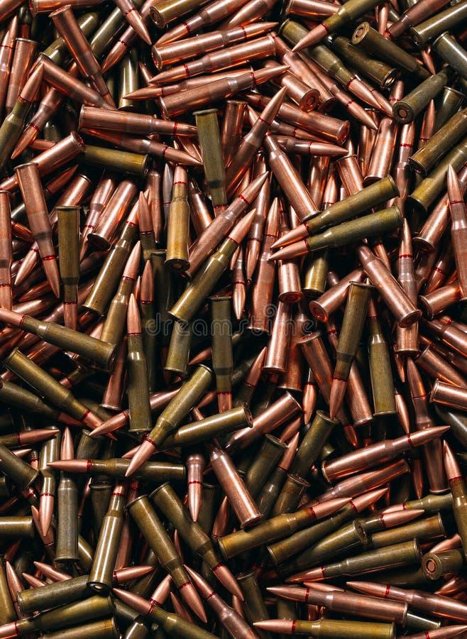 Diversa munición en el fondo de madera, concepto del arma foto de archivo libre de regalías