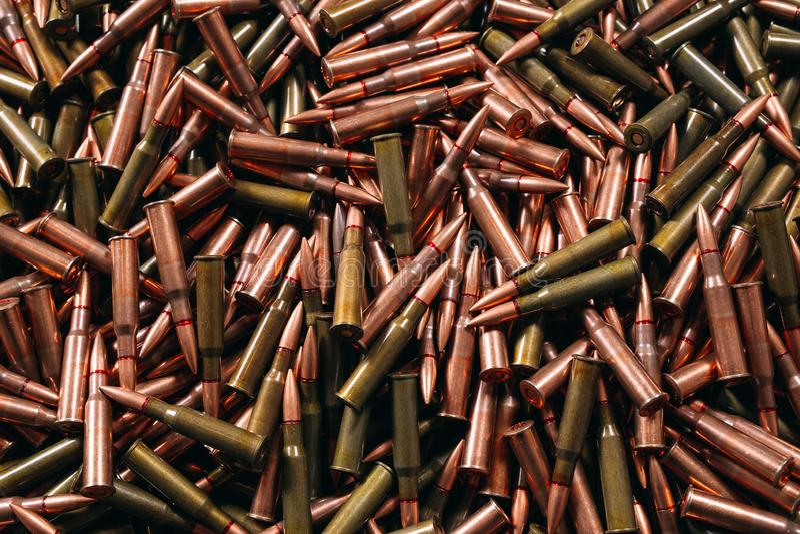 Diversa munición en el fondo de madera, concepto del arma imagen de archivo libre de regalías