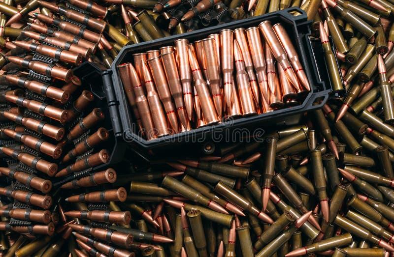 Diversa munición en el fondo de madera, concepto del arma imagen de archivo